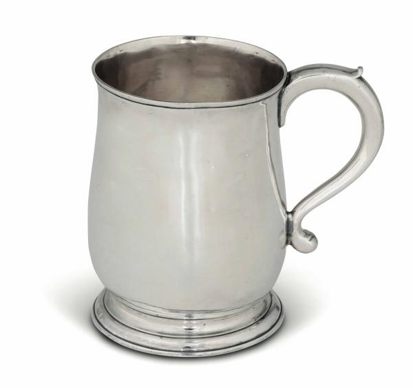 A silver tankard, London 1735 - Molten, embossed and chiselled silver. 300gr, H 12cm -