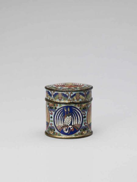 A CLOISONNÉ AND GILT ENAMEL CYLINDRICAL BOX AND COVER, QING