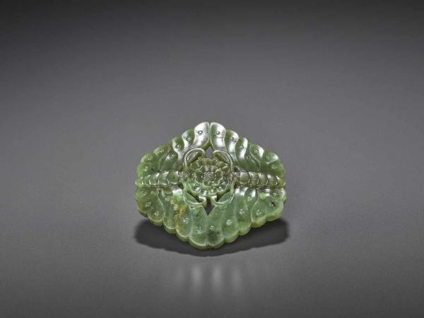 A DOUBLE BUTTERFLY JADE BUCKLE, QING China, 18th-19th century. Nicely carved in the [...]