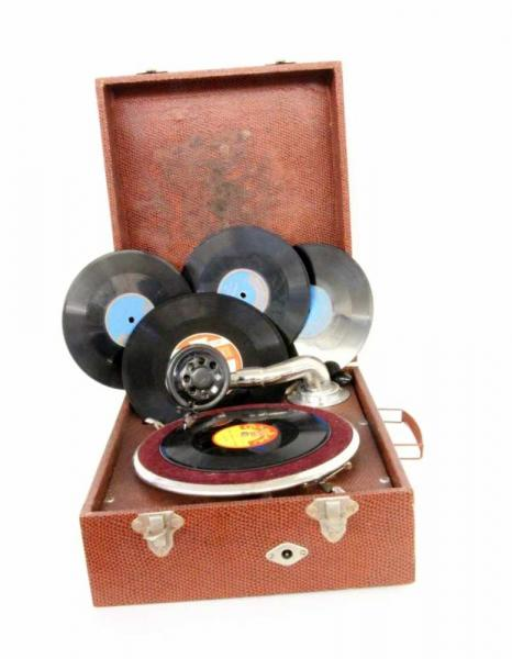 AN ORPHÉE TRAVEL GRAMMOPHONE 1920s In a box, with 6 records. Condition: intact.