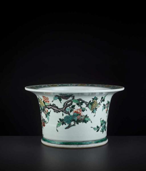 A FAMILLE VERTE JARDINIERE, KANGXI China, 1662-1722. Massively potted with [...]