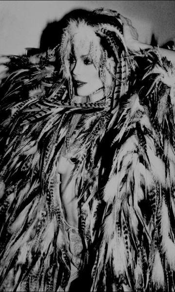 Rose HARTMAN (Née en 1937)  - ANGELEEN IN TURKEY FEATHER CAPE.  - Model for BIRDS of [...]