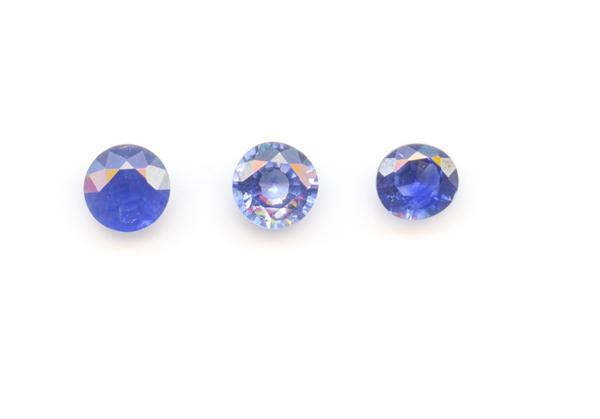 FAIRTRADE – EQUITABLE  - Lot de trois saphirs bleus du Sri Lanka de 1,31 ct. ronds. [...]