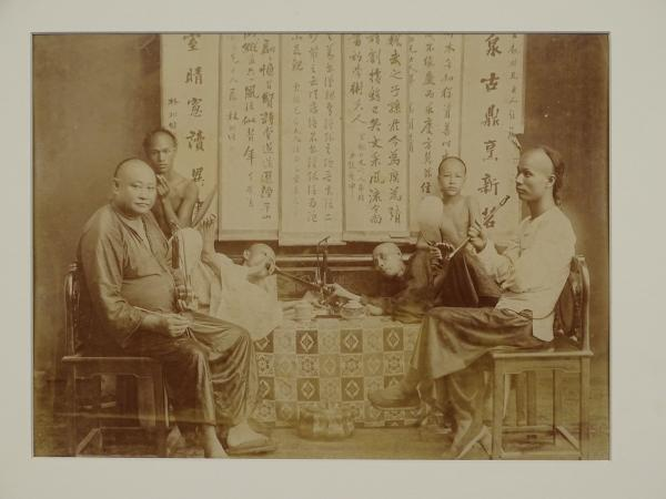 Photo d'un groupe de six fumeurs d'opium chinois. Dimension 20 cm x 27 cm. Ancien [...]