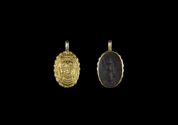 A CHAM GOLD PENDANT WITH STONE INTAGLIO DEPICTING SHIVA AND A HINDU DEITY Champa, [...]