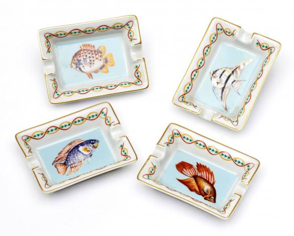 HERMÈS PARIS  -   - 4 SMALL ASHTRAYS made of painted porcelain with fish motifs.  - [...]
