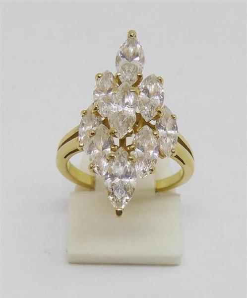 BAGUE or jaune de forme marquise à 8 diamants et 1 zircon central Poids total 4,3g.  [...]