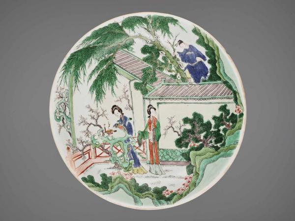 A LARGE FAMILLE VERTE DISH, KANGXI MARK AND PERIOD China, 1662-1722. The porcelain [...]