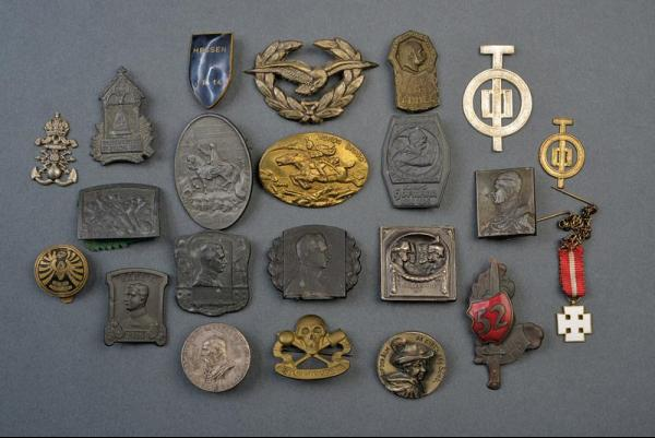 A lot of twenty badges - dating: first quarter of the 20th Century provenance: [...]