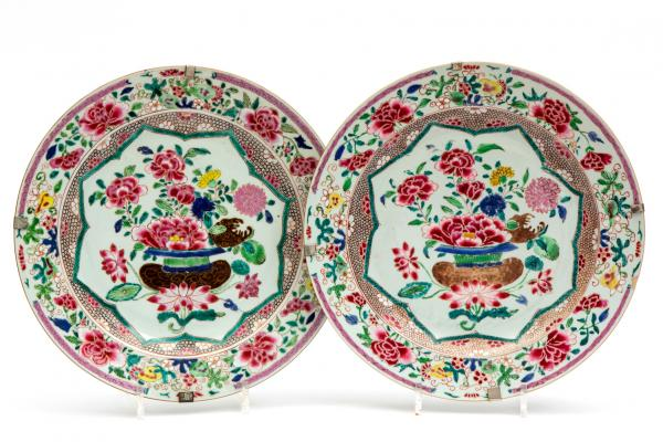 Two famille rose floral charger plates, Yongzheng/Qianlong period, 18th cenury, [...]