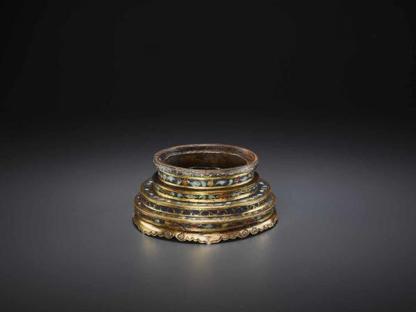 A JINGTAI MARK AND PERIOD CLOISONNÉ CANDLESTICK China, incised Jingtai six-character [...]