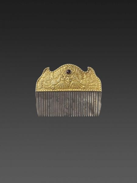 A VIETNAMESE GEMSTONE-SET GOLD REPOUSSÉ AND SILVER HAIR COMB WITH PHOENIXES
