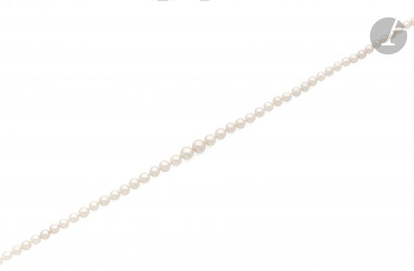 Collier de 60 perles fines en chute, fermoir en or gris 18K (750) serti de diamants [...]