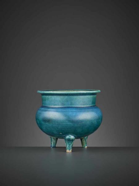 A TURQUOISE-GLAZED TRIPOD CENSER, KANGXI China, 1662-1722. The compressed spherical [...]